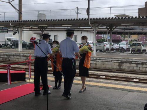 会津鉄道アテンダントさんからJR東日本運転士、車掌に花束贈呈